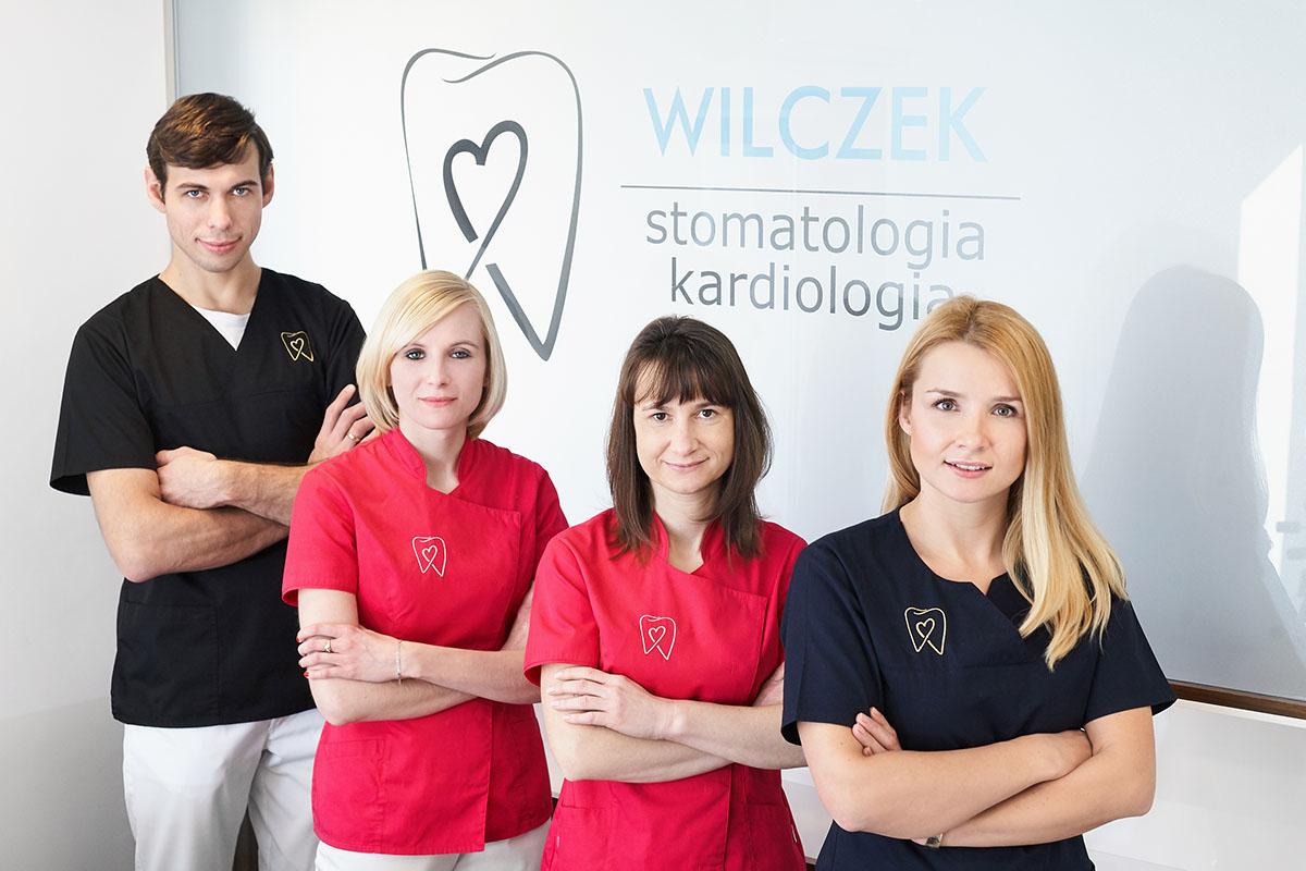 Zespół gabinetu Stomatologia Wilczek z Tarnowskich Gór. Marcin Wilczek - dentysta, Marzena Dzionsko - higienistka, Katarzyna Pośpiech - asystentka, Elżbieta Wilczek - dentysta